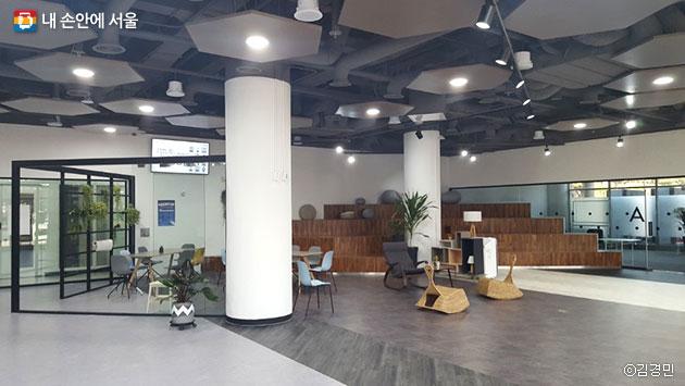 양재 R&CD혁신허브 1층 메인홀과 강의실의 모습 ⓒ김경민