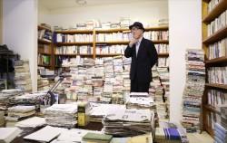 11월 21일 개관식에 참석한 고은 시인이 `만인의 방`을 둘러보고 있다ⓒnews1