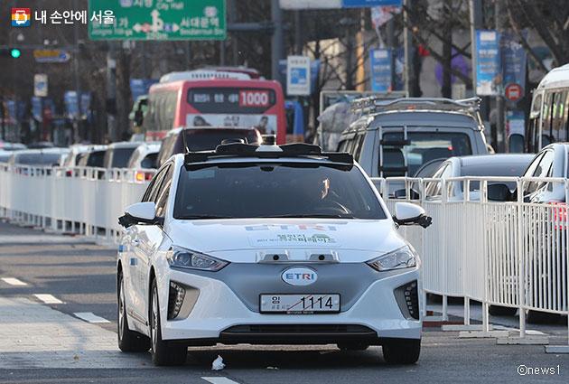지난 11월 18일 시민들이 광화문에서 자율주행 전기차 시승체험을 하고 있다.  c 뉴스1