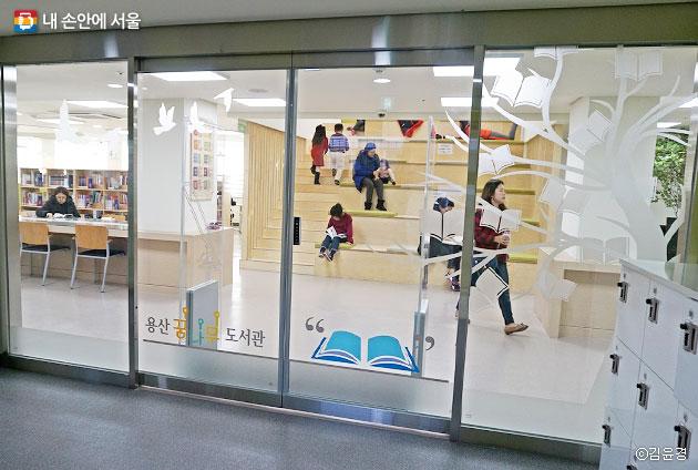 꿈나무 도서관, 누구나 편하게 앉아 책을 읽을 수 있는 계단 `책 다락` ⓒ김윤경