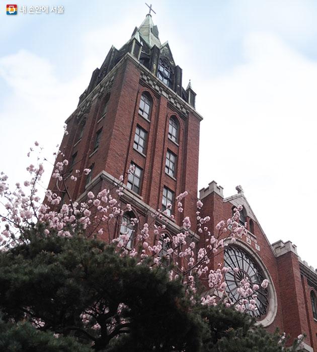 서울 미래유산으로 새롭게 선정된 평안교회 1967년 건립된 고딕양식 벽돌 건축물로 희소성이 있으며 도심에서 오랜 기간 존재한 종교시설이다