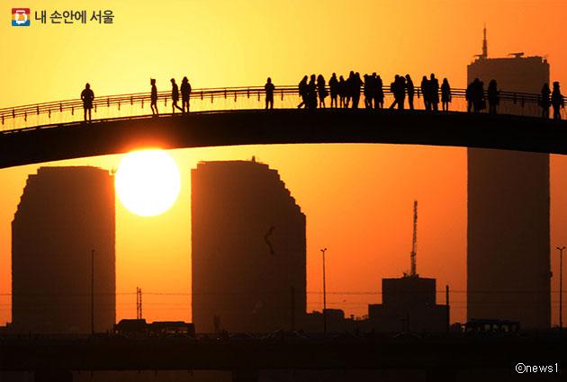 영등포구 선유교 위에서 새해 첫 일출을 바라보는 시민들 ⓒnews1