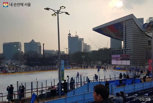 아이스링크에서는 다양한 빙상종목 체험이 가능하다.