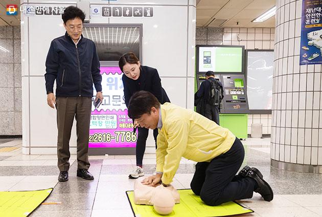 지하철역에서 행해진 심폐소생술 교육 현장