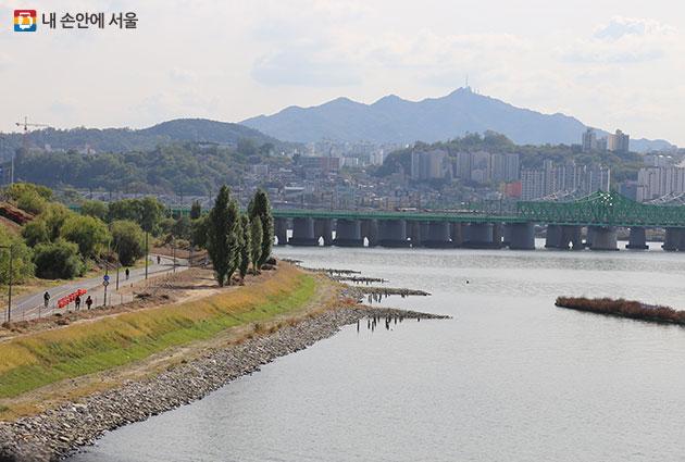 자연성 회복사업으로 호안을 복원한 이촌한강공원
