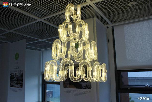 3층에서 만난, 버려지는 열을 빛으로 변환하는 기술이 적용된 에너지 새활용 조명ⓒ변경희