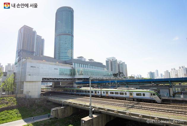용산~대전 구간을 운행하는 2층 열차 ITX-청춘은 노량진역과 신도림역에서도 탈 수 있다. ⓒ뉴시스