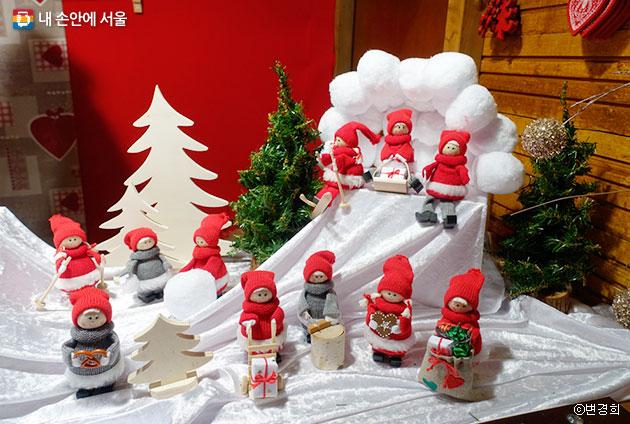 알자스 명절 테마로 만든 우드 실루엣 소품과 크리스마스 나무 요정 소품도 구입할 수 있다. ⓒ변경희