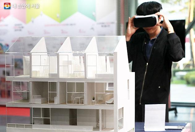 박람회에서 공동체주택 가상현실체험 중인 시민. 공동체주택이란 독립된 커뮤니티 공간을 설치한 주거공간을 말한다.ⓒnews1