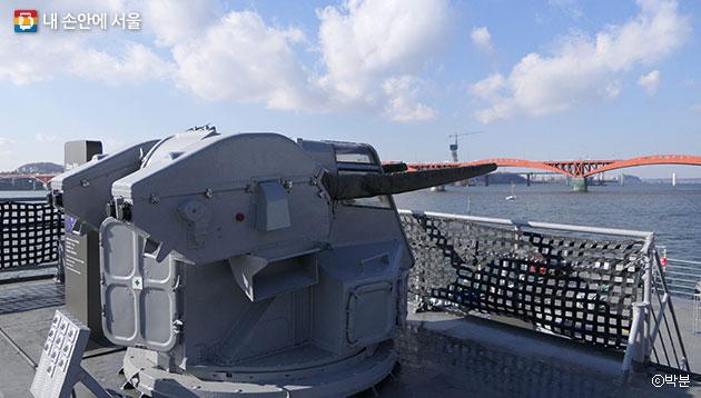 `서울함` 군함장비 중 하나인 30mm 함포 ⓒ박분