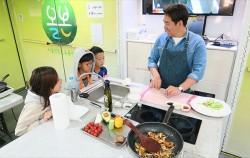 13일 샘킴과 함께하는 공감토크쇼가 서울시청사 다목적홀에서 열린다. 사진은 지난 6월 진행된 샘킴의 찾아가는 요리교실 모습