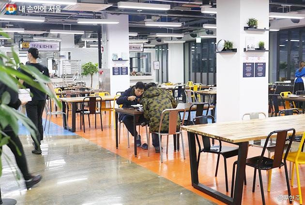 서울창업허브 3층 키친 인큐베이팅. 쾌적한 식당 내부와 독특한 신메뉴가 장점이다ⓒ구현주