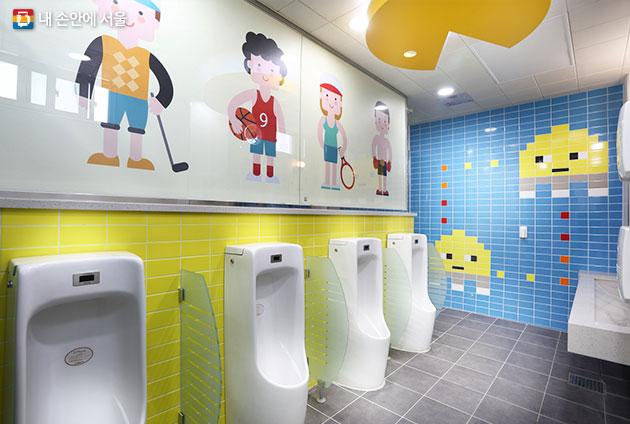 함께꿈 사업으로 화사해진 강북구 유현초등학교 화장실