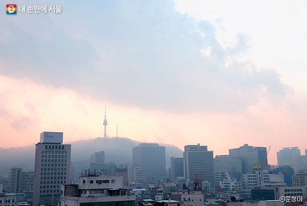 서울옥상에서 바라본, 오묘한 하늘빛이 아름다운 서울 ⓒ문청야