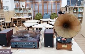 우리소리 도서관 5층 국악감상실. 원하는 곡을 선택한 후 이어폰으로 연결하거나 태블릿을 이용해 들어 볼 수 있다. ⓒ조시승