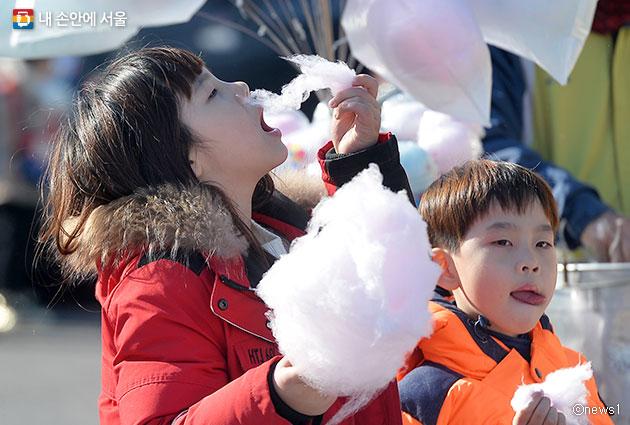 지난해 서울시는 `찾아가는 에너지놀이터`를 통해 태양광 솜사탕 등 다채로운 에너지 교육 프로그램을 진행해 인기를 끌었다. 사진은 솜사탕을 먹는 아이들.ⓒnews1