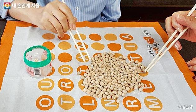 치매 예방을 위해 진행 중인 콩 집기 프로그램ⓒ김윤경