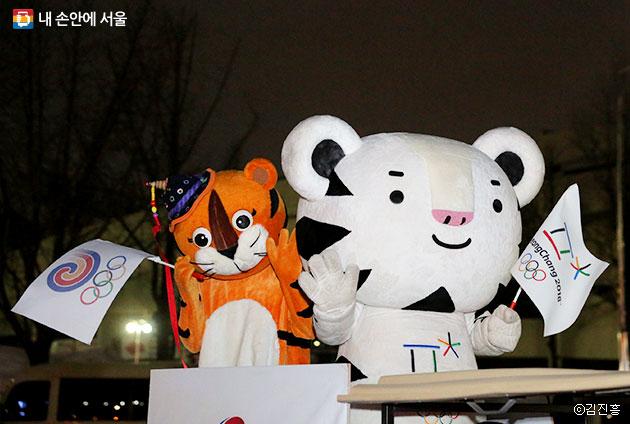 1988년 서울올림픽 마스코트 호돌이와 2018년 평창동계올릭픽 마스코트 수호랑이 만났다. ⓒ김진흥