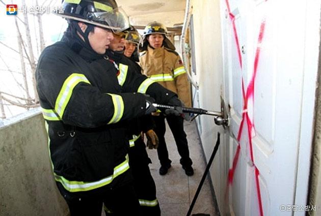장비를 사용해 문 강제개방 훈련을 하는 소방관들 ⓒ중랑소방서