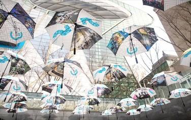 시민청 5주년을 맞아 시민청 입구 공중에 설치된 우산 전시물 ⓒ문청야