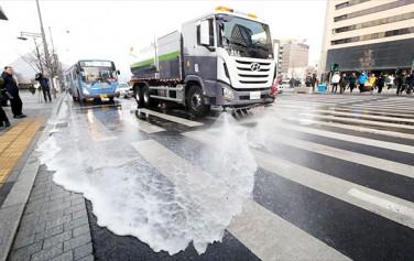 서울형 미세먼지 비상저감조치가 발령 후 청소차량이 거리의 분진청소작업을 하고 있다.ⓒ연합뉴스