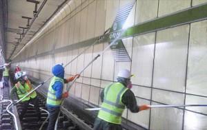 승강장 선로에서 미세먼지 제거를 위해 벽체 물청소를 하는 모습