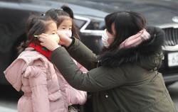 1.23 서울시는 미세먼지에 대한 영유아 양육 부모들의 의견을 듣는 타운홀미팅을 개최한다. 사진은 아이에게 마스크를 씌우는 시민.ⓒnews1