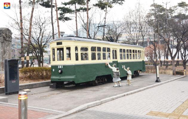 서울역사박물관 앞에 전시되고 있는 노면전차 381호