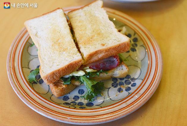 버터밀크 베이컨과 스크램블 에그가 든 샌드위치