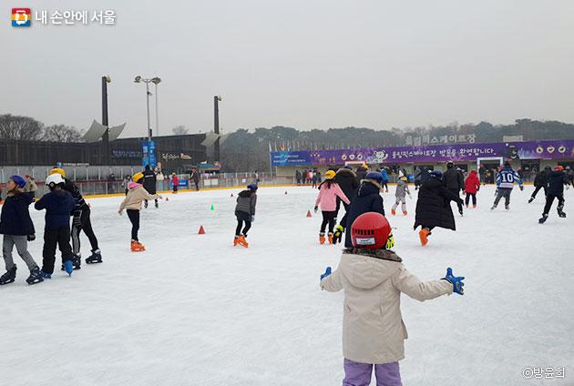 스케이트를 즐기는 시민들 ⓒ방윤희