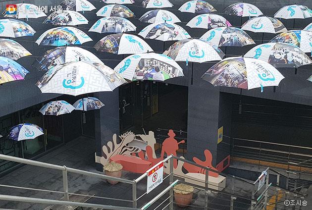 시민청 출입구 `피어라 시민청` 행사. 그간 시민청 활동 모습을 담은 우산들이 고공 전시되어 있다. ⓒ조시승