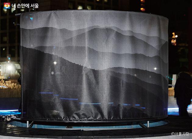 서울로7017에 설치 중인 `신호, 빛, 연결` ⓒ서울사랑