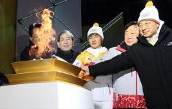 박원순 서울시장이 행사 참석 내빈들과 성화대에 불을 붙이고 있다.