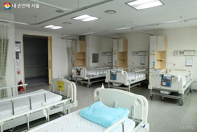 서울의료원에선 간병인이 보조침상에서 쪽잠을 자며 병수발을 하는 모습을 찾아볼 수 없다 ⓒ이현정