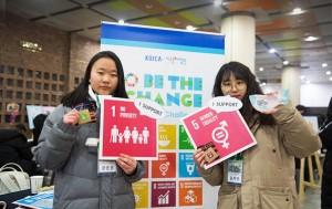 더 나은 세상을 위해 국제사회가 약속한 지속가능발전목표를 소개하고 있는 장은영, 김지인 학생