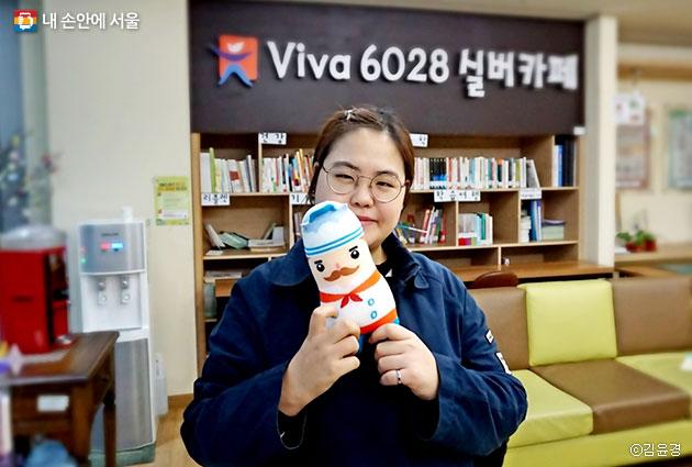 용산구 치매지원센터 김송이 사회복지사. 자원봉사단 `용기단`과 함께 치매 어르신을 돕고 있다 ⓒ김윤경
