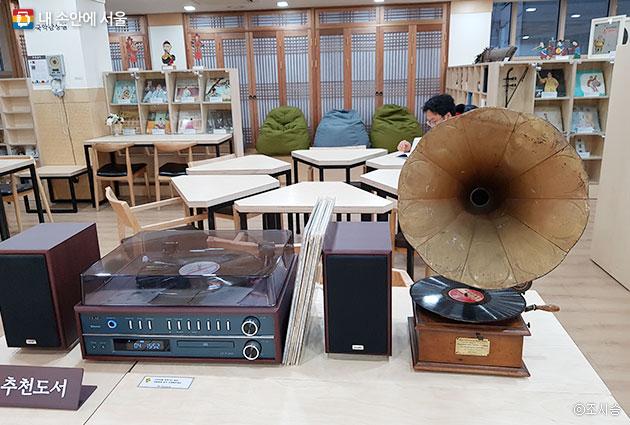 우리소리 도서관 5층 국악감상실. 원하는 곡을 선택한 후 이어폰으로 연결하거나 태블릿을 이용해 들어 볼 수 있다 ⓒ조시승