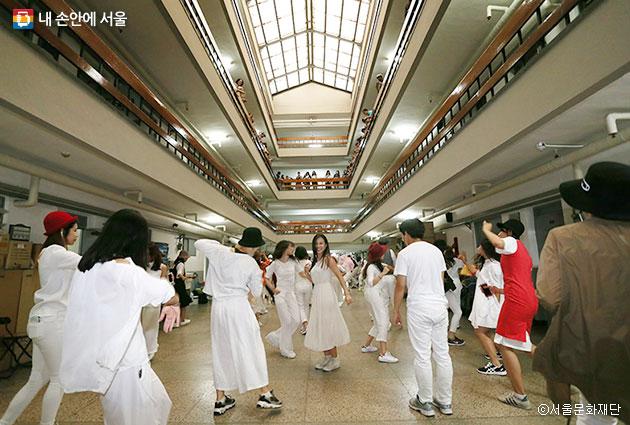 서울문화재단에서 2018년 문화예술 공모일정을 밝혔다, 사진은 지난해 세운상가에서 열린 `서울 댄스 페스티벌` ⓒ서울문화재단
