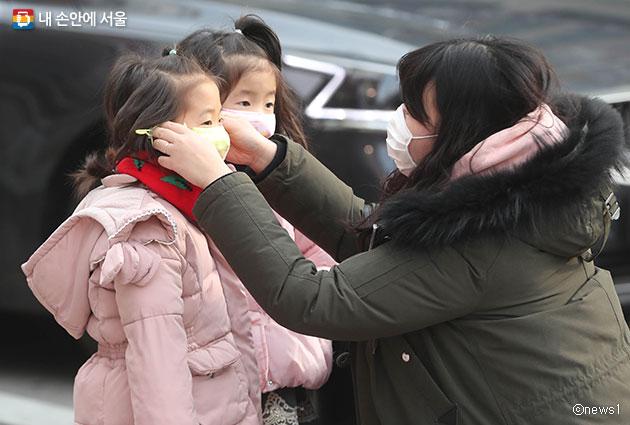 1.23 서울시는 미세먼지에 대한 영유아 양육 부모들의 의견을 듣는 타운홀미팅을 개최한다. 사진은 아이에게 마스크를 씌우는 시민ⓒnews1