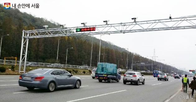 강변북로에서 노후 경유차 운행 제한을 단속하는 모습 ⓒ서울시