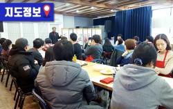 식품명인체험홍보관에서 김창수 명인에게 금산인삼주 만들기 비법을 배우고 있는 참가자들