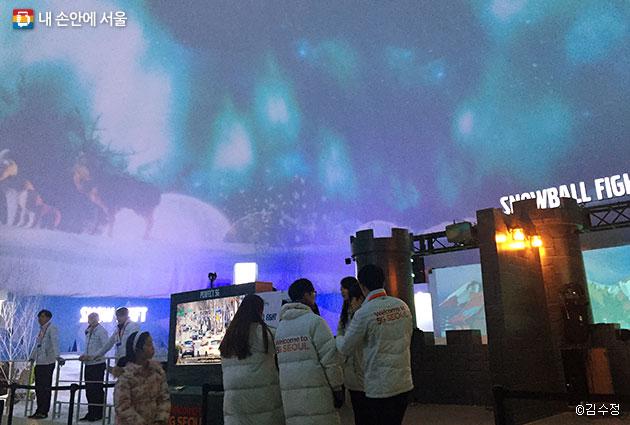 이글루 돔 천장에 펼쳐진 오로라, 전용 안경 없이 실감나는 VR영상을 체험할 수 있다.