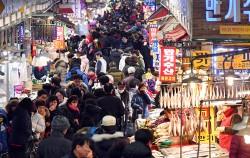 제수용품 구입을 위해 전통시장을 찾은 시민들