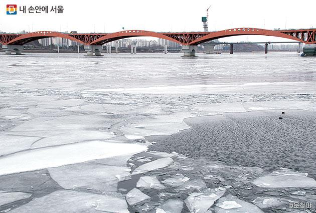바람은 차가웠지만 서울함에서 바라본, 얼음이 떠 있는 한강의 풍경은 아름다웠다.