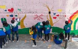 서울시는 지역주민들과 함께 아름다운 동네숲(골목길) 가꾸기 사업을 진행한다. 사진은 골목길 벽화 그리기 봉사활동 모습.