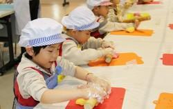 노을여가센터에서는 생태요리, 환경공방 등 다양한 프로그램이 운영된다. 사진은 어린이 요리교실에 참여한 어린이.