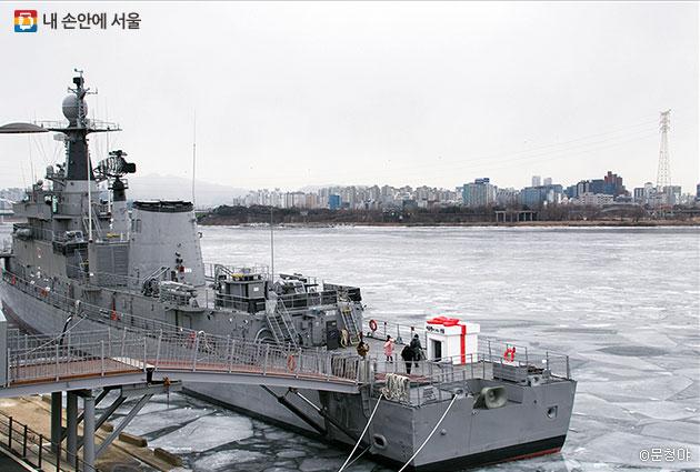 서울함공원 내 3척의 군함 중 가장 큰 서울함이 한강 위에 떠 있다.