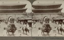 1899년 개통된 전차가 숭례문 홍예를 통과하는 모습을 1907년 이전에 촬영한 3D 입체사진