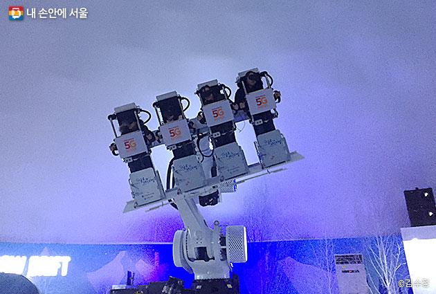 VR을 쓰고 로보틱스 기구에 올라서 설산 체험을 즐길 수 있는 스노우 드리프트 코너