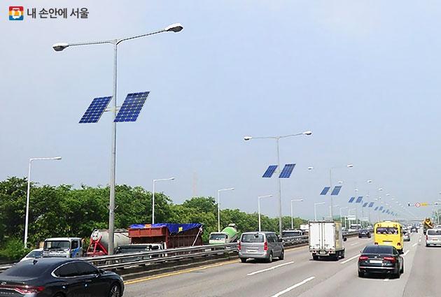 하늘공원 가로등주 태양광 전지판 시범 설치